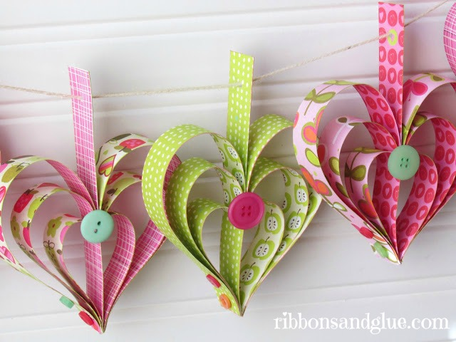 How to make a paper heart garland out of strips of scrapbooking paper